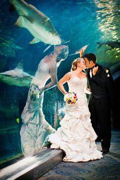 Una pareja besándose mientras que en el reflejo la novia parece besar a un…
