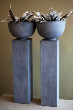 Grote, stoere pilarenvan betonlook. Boven op de pilaar staat een kom, deze kom kan  bijvoorbeeld functioneren als bloembak!Van www.betonlookdesign.nl