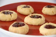 Zbog dodatka badema keksići su posebno ukusni, a ako želite keksiće možete puniti i čokoladom. Puter sobne temperature umutiti sa šećerom. Dodajte...