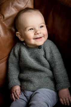 129/1 Baby Trøje med sidelukning. Flot design strikket i Mayfloser Easy Care. Køb det nye baby katalog i din lokale Mayflower forhandler.