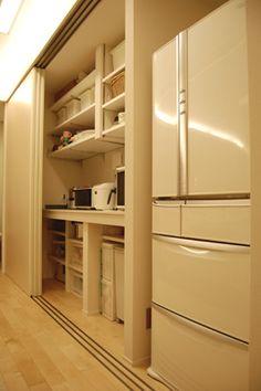 おうちが出来るまで » 2F キッチンの背面収納とベランダ