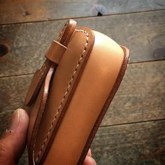 ☆ Cigarette Case ✴︎ タバコケースの続きで失礼いたします ✴︎ #leather #leathercraft #leathergoods #leatherwork #leatherbag #cigarettecase #bespoke #handmade… Custom Leather Belts, Cigarette Case, Ogawa, Cuff Bracelets, Wallet, Bags, Wood, Vintage, Handbags