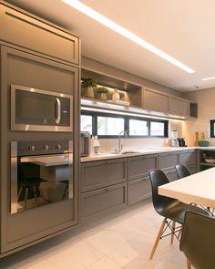 Cozinha com marcenaria na cor cinza. Kitchen Room Design, Modern Kitchen Design, Kitchen Layout, Home Decor Kitchen, Kitchen Interior, Home Kitchens, Modern Kitchens, Interior Decorating Styles, Home Decor Trends