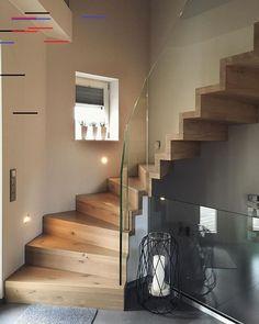 Ein Highlight für euren Hauseingang: Wie gefällt euch diese freitragende Treppe aus Massivholz mit schlichtem Glasgeländer? Wir lieben die Kombination! Sucht ihr auch noch nach einer passenden Treppe für euer Traumhaus?