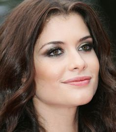 """Aline Cristine Dorelli Magellan Moraes, better known by the stage name Alinne Moraes (Sorocaba, December 22, 1982) is a Brazilian actress and model. Was well known to make the character Clara, in the soap opera """"Women in Love"""", Silvia in """"Two Faces"""" and model Luciana in """"Living Life"""", all on Rede Globo."""