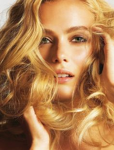 """Vos cheveux ont abusé du soleil, des embruns, du vent et réclament une bonne """"rehab"""" ? Secrets de pros et soins de pointe"""