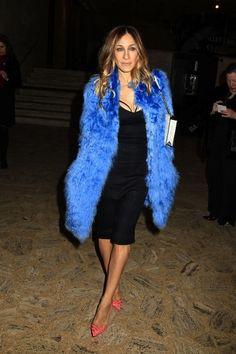 Sarah Jessica con un mix perfecto de abrigo azul, zapatos coral y bolso blanco.