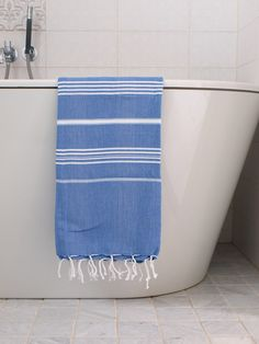 HAMMAM TOWEL GREEK BLUE/WHITE The beautifully striped and timeless hamam towels from Ottomania have been made of hydrofoil cotton of superior Green And Grey, Blue And White, Greek Blue, Blue Towels, Lavender Blue, Turkish Towels, Striped Linen, Workout Rooms, Beach Towel