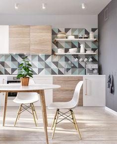 graue Wandfarbe, Schrankfronten in Weiß und Holz und Fliesenspiegel mit blauen Highlights