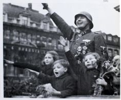 Leon Degrelle with his children (Brussels, 1944)