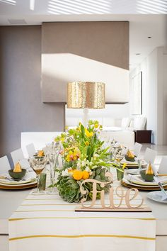 Cheerful springy yellow centerpiece against a simplistic modern table-scape. (#modernweddings #yellowweddings)