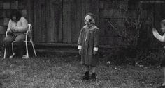 Siempre hay un niño raro que aparece entre los demás: | Los 19 GIFs más terroríficos que verás en tu vida