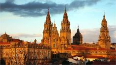 Hi Do you want to know Santiago de Compostela? Pilgrimage site and the capital of Galicia, Santiago is also a lively and vibrant city. Discover it with us! Places In Spain, Places To Go, Monuments, The Tourist, Day Trips From Porto, Portugal, The Camino, Kirchen, Spain Travel