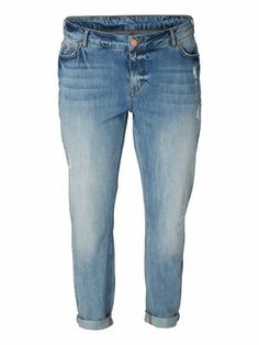 Stay comfy all day in boyfriend jeans and flats - dress up at night with heals and a fitted top. Boyfriend jeans from JUNAROSE #junarose #jeans #plussize