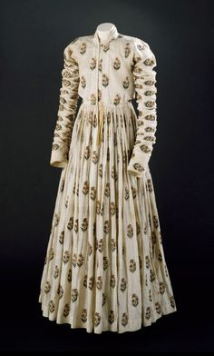 Late Mughal Period costume: Man's robe of white cotton, with repeating staggered pattern of embroidered floral motifs in gold-wrapped thread and floss silk. Indian Dresses, Indian Outfits, Vintage Outfits, Vintage Wardrobe, Vintage Wear, Indian Textiles, Period Outfit, Period Costumes, Gothic Fashion