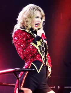 Taylor Swift on The Red Tour Taylor Swift Red Tour, Photos Of Taylor Swift, Taylor Swift Hair, Taylor Swift Facts, Red Taylor, Taylor Alison Swift, Live Taylor, Scotty Mccreery, Jesy Nelson