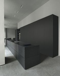 Black Minimal Kitchen Minimalism interior design doesn't always have to be white, like this beautiful minimal Minotti Cucine kitchen - Matte black island bench and black full height cupboards. Black Kitchen Island, Kitchen Island Bench, Kitchen Islands, Contemporary Kitchen Design, Interior Design Kitchen, Modern Contemporary, Modern Design, Minimal Kitchen, Interior Minimalista