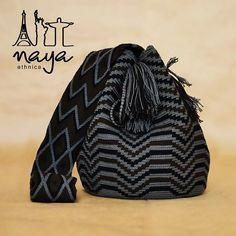 A wayuu bag with ethnic patterns in sober colors gives a touch of elegance to your outfit. Un bolso wayúu con patrones étnicos en colores sobrios le da un toque de elegancia a tu outfit. Diy Crochet And Knitting, Tunisian Crochet, Crochet Baby, Tapestry Bag, Tapestry Crochet, Crochet Handbags, Crochet Purses, Mochila Crochet, Crochet Backpack