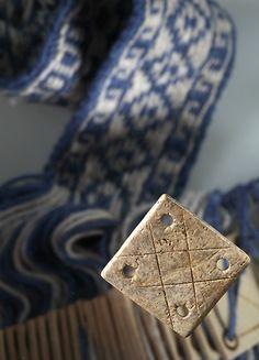 Dieses aus Knochen geschnitzte Webbrettchen wurde in einem Grubenhaus aus dem 12. Jh. in Niederglatt-Nöschikon entdeckt. Weaving Tablet, 12th century, near Zurich, Switzerland.
