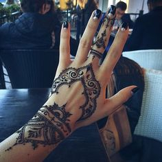 *CREDIT TO CREATOR* I love the intricate and thin designs, definetly a step-up from the classic henna designs