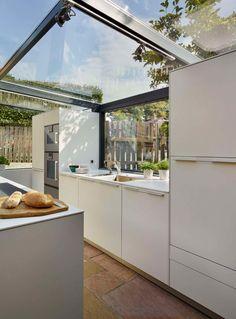 Les propriétaires de cette magnifique chaumière à Knutsford en Angleterre, voulaient ajouter une extension à leur maison classée et pratiquement intouchabl