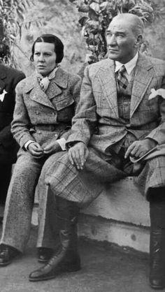 Atatürk ilk kadın pilot Sabiha Gökçen ile birlikte.