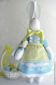 tilda- a rabbit carrying its duck Tilda Toy, Fabric Animals, Easter Parade, Rabbit Toys, Sewing Dolls, Soft Dolls, Doll Crafts, Cute Dolls, Fabric Dolls