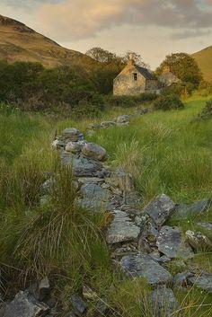 Lochranza Evening, Arran, Scotland (by Pete Clark) Irish Cottage, Landscape Photos, Landscape Photography, Irish Landscape, Ireland Landscape, Travel Photography, Beautiful World, Beautiful Places, Isle Of Arran