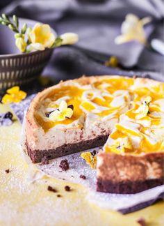 Paistettava mango-juustokakku hurmaa mutakakkua muistuttavalla suklaapohjallaan, raikkaalla rahkatäytteellään ja vauhdikkailla mangoraidoillaan. Yksi pala ei riitä mihinkään, tätä on pakko saada lisää!