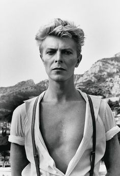 David Bowie, Monte Carlo, 1983 - En 1980, il participe à la composition, à la production, et à l'enregistrement du single Under Pressure avec le groupe Queen, qui deviendra numéro 1 des ventes de disques anglais.