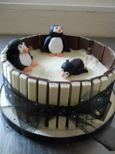 Penguin cake - For all your cake decorating supplies, please visit craftcompany. Cake Recipes in 2019 Cupcakes, Cupcake Cakes, Decors Pate A Sucre, Penguin Cakes, Cake Decorating Supplies, Novelty Cakes, Fancy Cakes, Pretty Cakes, Christmas Baking