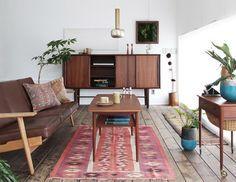 北欧ヴィンテージ。 ダークトーンで統一した家具に、アクセントとして柄入りのラグをプラス。 センスのいいお部屋にまとまっています。