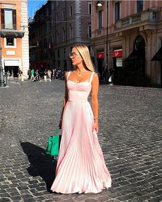 Image may contain: 1 person, standing, shoes and outdoor Pink Prom Dresses, Pretty Dresses, Beautiful Dresses, Formal Dresses, Look Chic, Dress To Impress, Dress Skirt, Evening Dresses, Ideias Fashion