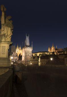 44. Fantasmas y estrellas en el puente. Hubo un tiempo en que Praga acogió a multitud de alquimistas (científicos y aún más, farsantes) que experimentaron con la transmutación de los metales para conseguir oro, siguiendo el mito de la piedra filosofal. En la noche todavía es posible disfrutar de esa magia, descubriendo que las multitudes de turistas que ocupan el puente se convierten en rastros fantasmagóricos y estrellas la luz de sus farolas. Descripción completa en la galería web…