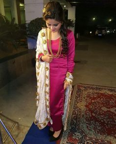 On those days when you need to throw something and go, rely on these seven simple summer clothes that are still quite stylish. Patiala Suit Designs, Salwar Designs, Kurti Designs Party Wear, Blouse Designs, Kurtha Designs, Punjabi Suits Party Wear, Punjabi Salwar Suits, Punjabi Dress, Black Punjabi Suit