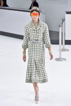 Pin for Later: Bereit zum Abflug? Chanel präsentiert eine Modenschau im Flughafen Chanel Frühjahr/Sommer 2016