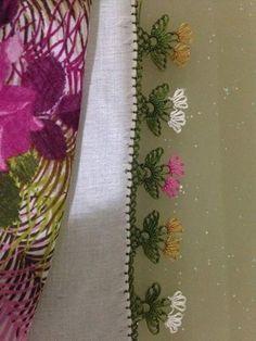 Pastel tonlarda çiçek motifli iğne oyası