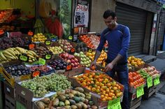 Le marchand de fruits et légumes, rue des Faures, Bordeaux, Guyenne, Gironde, Aquitaine, France.