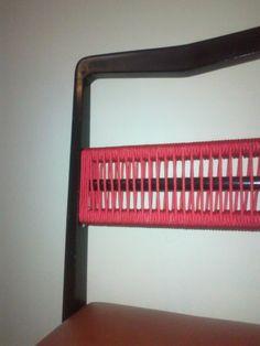 Cadeira do início dos anos 60 com estrutura de madeira maciça, assento estofado e trama de corda de algodão na cor vermelha no encosto. Peça única. TRAPICHE VINTAGE