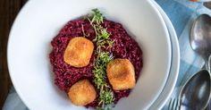 Frühlingsfarben auf dem Teller: Rezept für pinkes Risotto mit Roter Beete, gebratenen Feta Würfeln und frischer Kresse.