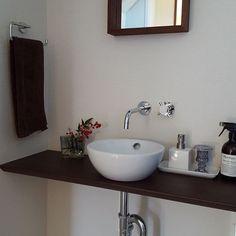 . . お手洗いにも... . 南天をちょこっと... . お正月仕様 . . ここは... . 今年最後のお掃除って訳にはいかないか⭐ . . #正月花#南天#手洗い#トイレ#手洗いボウル#壁付け水栓#アアルトベース#イッタラ#iittala#マーチソンヒューム#トイレ掃除#シンプルインテリア#シンプルスタイル