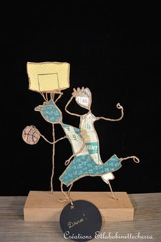 You practice basketball or you support a team? This sculpture in kraft wire and paper will remind you of the highlights of the match or training in which you participated. All my creations are made to order and the lead time is about 3 to 4 working days. This poetic creation is Sculptures Sur Fil, 3d Art Projects, Wire Art Sculpture, Paper Birds, Middle School Art, Wire Crafts, Stained Glass Art, Dot Painting, Paper Cover