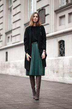 Look de invierno: falda verde, sueter y blazer largo negro y unas botas arriba de la rodilla.