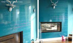 Wandgestaltung mit Typo und hochglänzenden sowie matten Oberflächen.