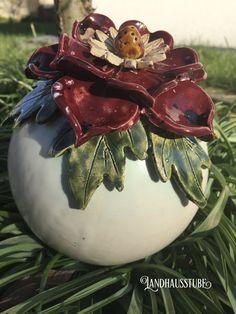 Handgetöpferte Rosenkugel mit einer Blüte in toller Glasur dekoriert. Die Kugel kann auf einen Stab aufgesteckt oder einfach ins Beet gelegt werden.  An einem frostsicheren Standort aufstellen....