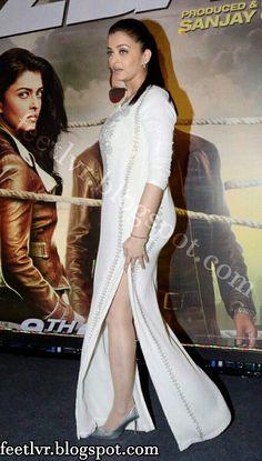 Aishwarya Rai Bachchan Photos [HD]: Latest Images, Pictures, Stills of Aishwarya Rai Bachchan - FilmiBeat Bollywood Actress Hot Photos, Indian Actress Hot Pics, Indian Bollywood Actress, Bollywood Girls, Beautiful Bollywood Actress, Most Beautiful Indian Actress, Bollywood Fashion, Indian Actresses, Aishwarya Rai Cannes