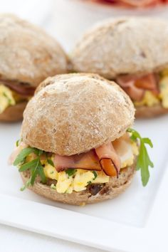 Lunch of brunchbroodjes met roerei recept Lunch Snacks, Easy Snacks, Easy Meals, Sandwiches For Lunch, Wrap Sandwiches, Good Food, Yummy Food, Breakfast Recipes, Snack Recipes