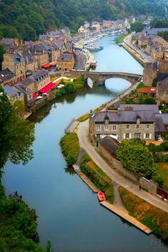 Dinan, Francia / Dinan, en francés y en bretón, es el nombre de una comuna francesa, situada en el departamento Côtes-d'Armor. La ciudad está fortificada por una magnífica muralla.