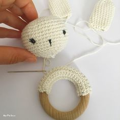 DIY: a crochet rattle Crochet Amigurumi, Crochet Toys, Crochet Baby, Knit Crochet, Kit Bebe, Handmade Baby, Crochet Projects, Free Pattern, Diy And Crafts