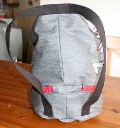 Un tuto pour un sac marin? Inutile, c'est trop fastoche! Oui, mais celui-ci a un compartiment bas et une poche intérieure, alors je me suis dit que ça pourrait quand même vous être utile. Le sac a été créé pour le judo, mais par exemple, pour un sac de... Judo, Backpacks, Dit, Bags, Fashion, Projects, Handbags, Moda, Fashion Styles